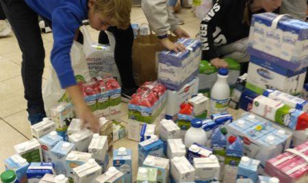 Els alumnes de cinquè ajuden a Càrites