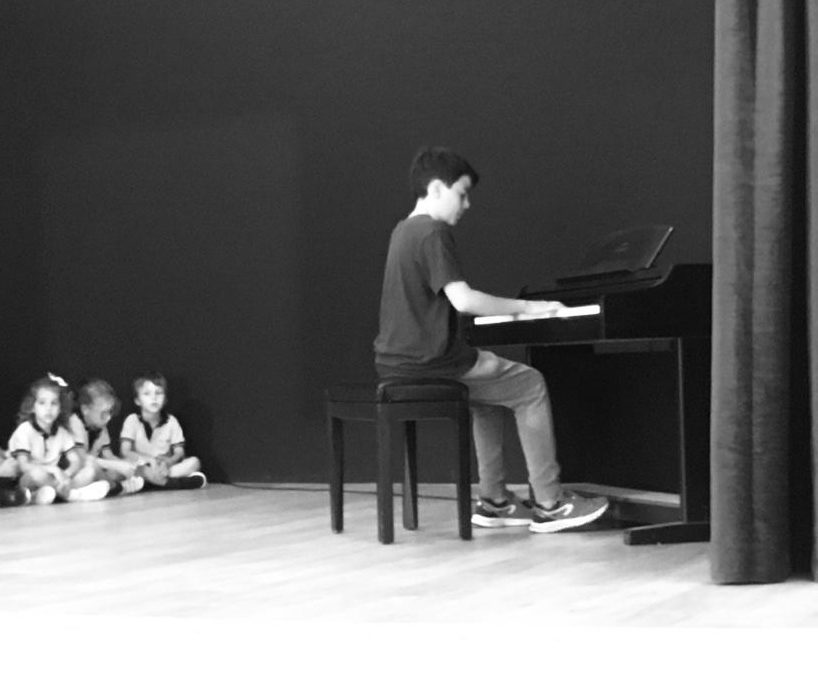 """La classe dels """"Músics"""" gaudeix de la música en directe"""